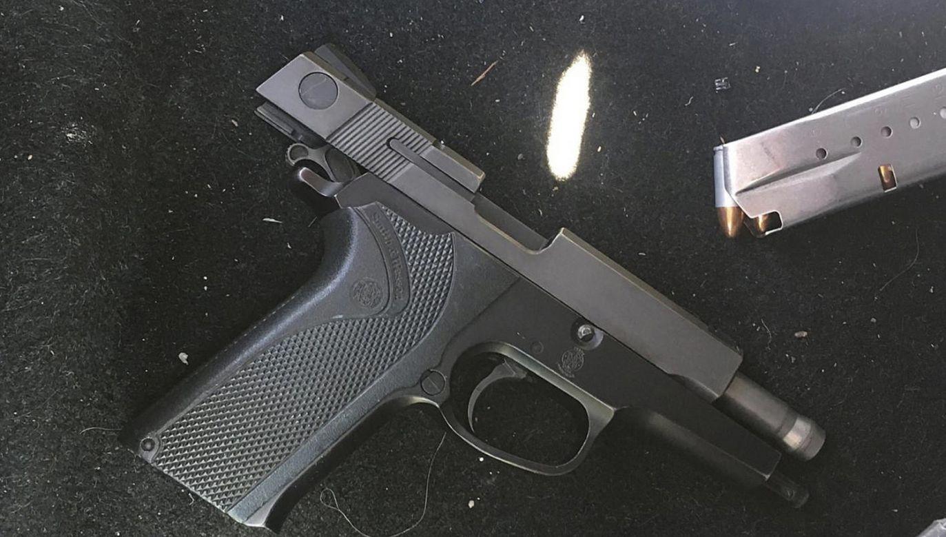 W trakcie zatrzymania jeden z podejrzanych zaatakował funkcjonariusza policji, usiłując wyrwać mu broń i oddać strzał w stronę innego policjanta (fot. PAP/EPA/NSW POLICE HANDOUT)