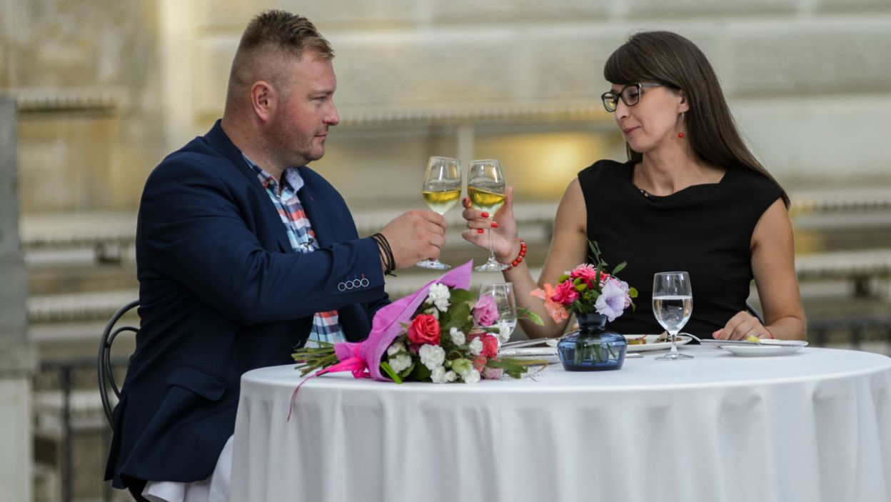 Randka nie mogła obyć się bez toastu szampanem (fot. TVP)