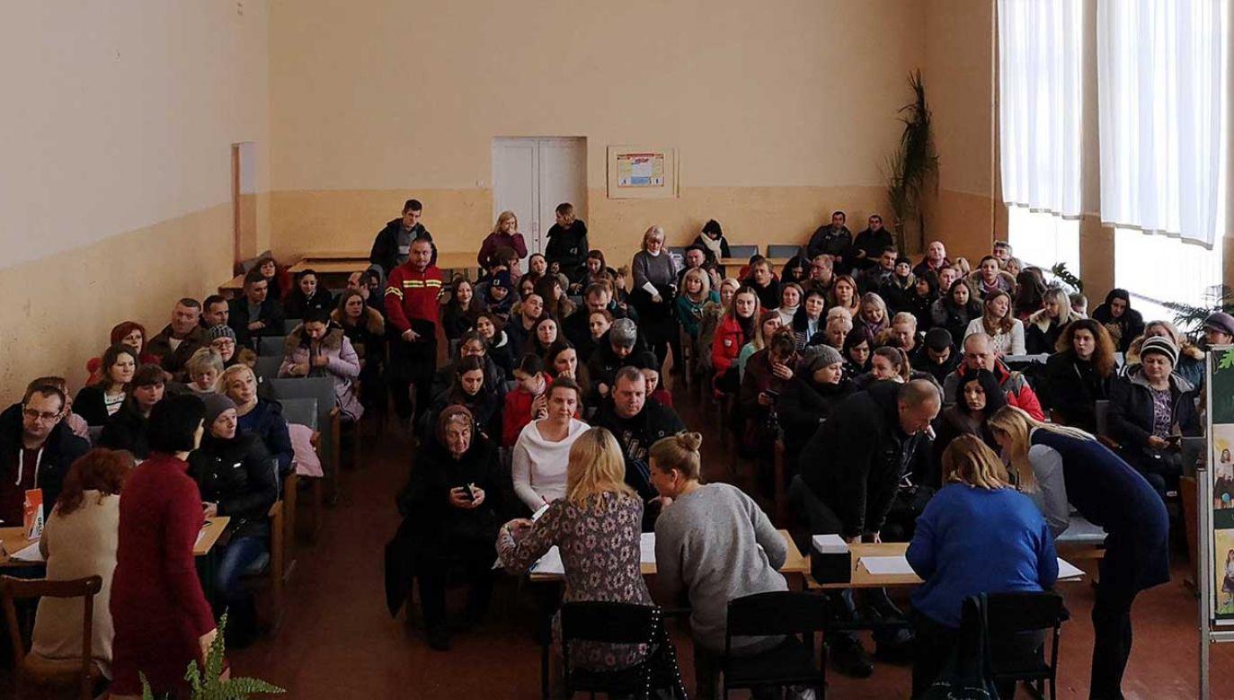 """""""Bon pierwszaka"""" w postaci 350 zł otrzymali rodzice ponad setki dzieci, które uczą się w polskich klasach w szkole nr 13 w Kamieńcu Podolskim (fot. TT/Pomoc Polakom na wschodzie)"""