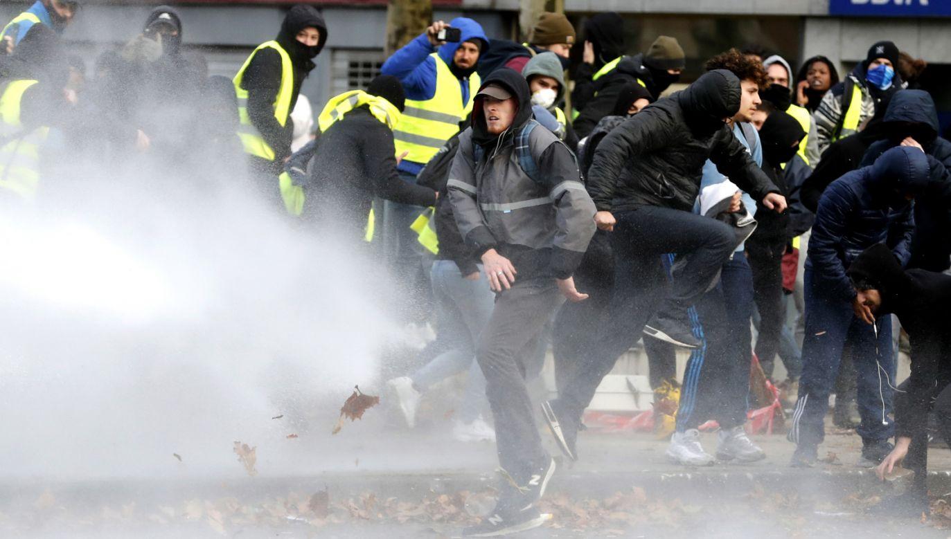 W Brukseli policja starła się z protestującymi w pobliżu urzędów UE (fot.  EPA/OLIVIER HOSLET)
