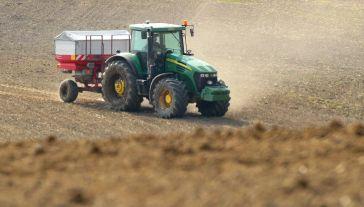 Rolnicy, u których w ostatnim roku nie było zmian w gospodarstwie, mogą składać oświadczenia zamiast wniosków o dopłaty bezpośrednie (fot. arch. PAP/Tomasz Waszczuk)