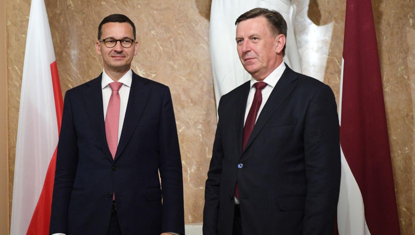 Premier Mateusz Morawiecki (L) i premier Łotwy Maris Kucinskis (P)  (fot. PAP/Radek Pietruszka)