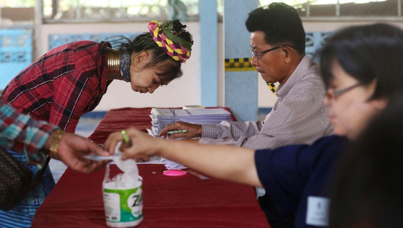 W głosowaniu wybranych zostanie 500 deputowanych niższej izby parlamentu (fot. REUTERS/Ann Wang)