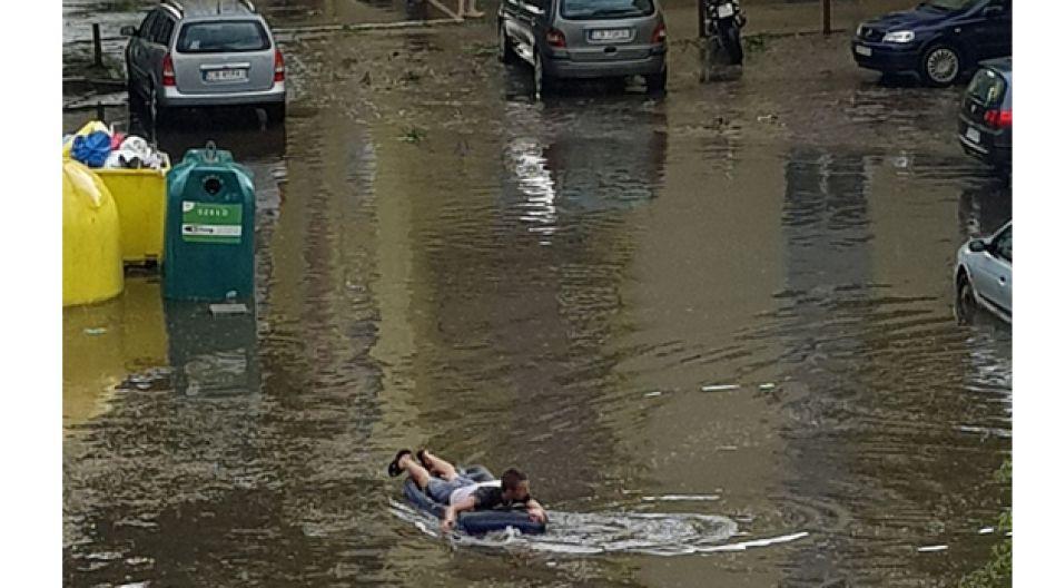 Mieszkaniec Kapuścisk na pontonie na zalanej ulicy (fot. Bogumiła Muller)
