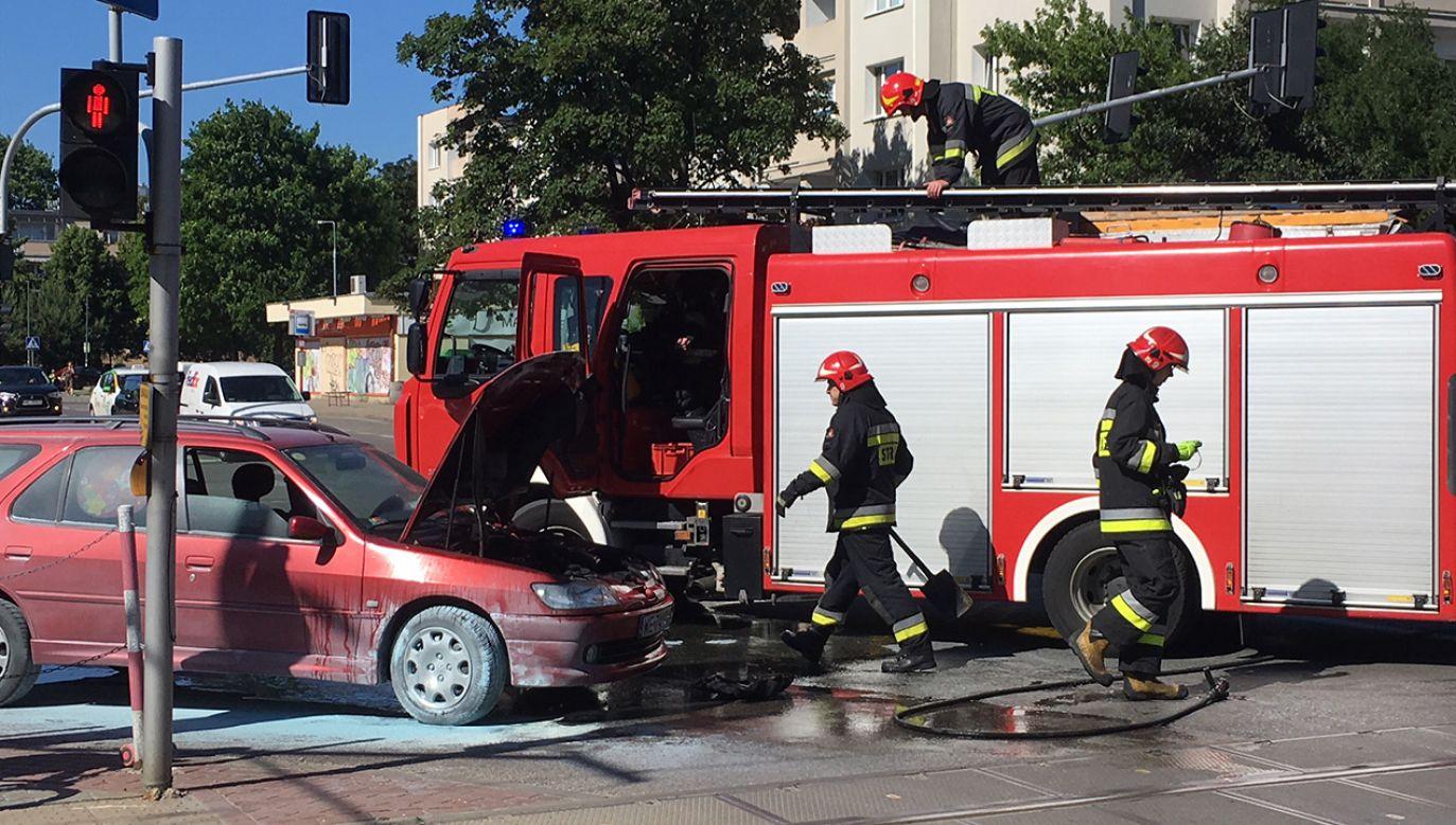 Auto zapaliło się na skrzyżowaniu ulic Woronicza i Samochodowej (fot. tvp.info)