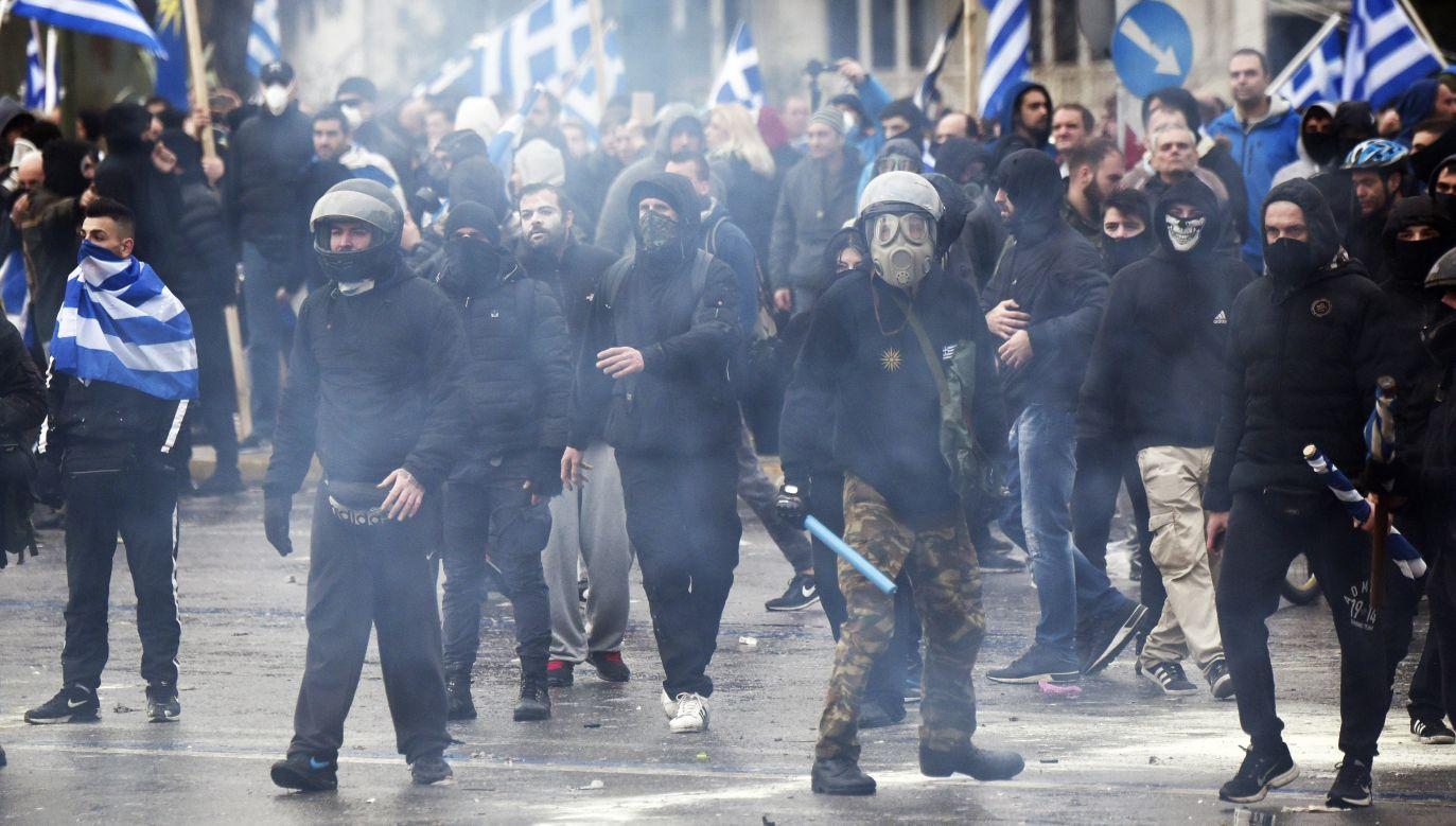 Demonstranci rzucali w policjantów kamieniami, flarami, koktajlami Mołotowa, pojemnikami z farbą (fot. Milos Bicanski/Getty Images)