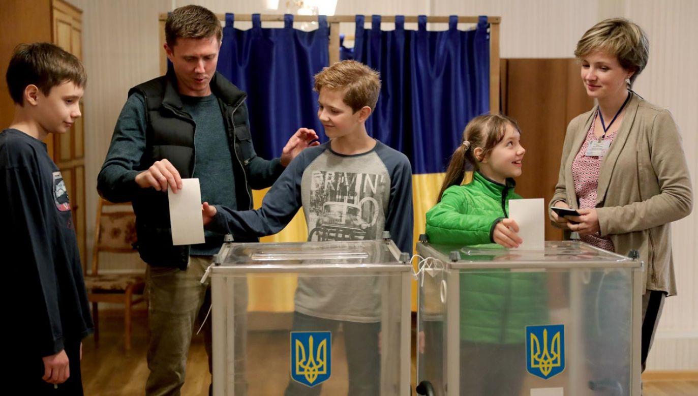 Ukraińcy wybierają: Petro Poroszenko czy Wołodymyr Zełenski  (fot. PAP/EPA/IGOR KOVALENKO)
