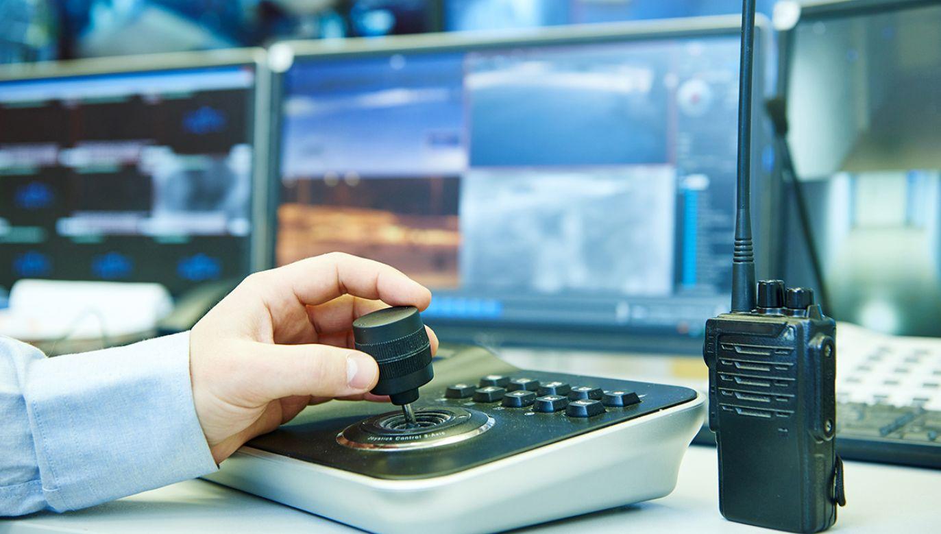 Prezent miał posłużyć do ewentualnego nagrania i ustalenia sprawców kradzieży (fot. Shutterstock/Dmitry Kalinovsky)