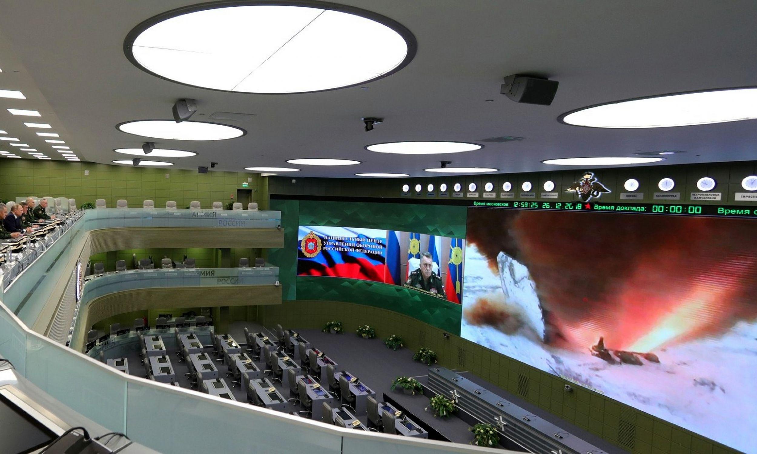 Prezydent Rosji Władimir Putin obserwował wystrzelenie rosyjskiego systemu rakiet Awangard za pośrednictwem łącza wideo z rosyjskiego Narodowego Centrum Zarządzania Obroną, 26 grudnia 2018 r. Moskwa. Fot. Michaił Klimentjew / Biuro prasowe i informacyjne Prezydenta Rosji / TASS via Getty Images