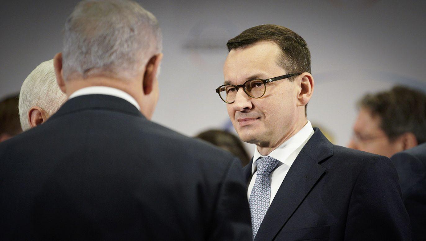 Według kancelarii premiera Izraela dziennikarze błędnie zacytowali Benjamina Netaniahu (C) (fot. KPRM