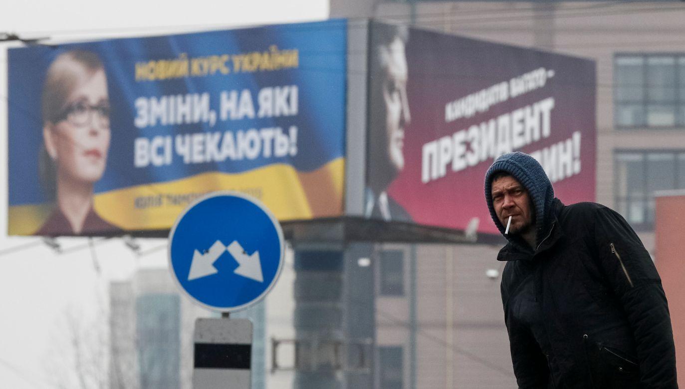 """Plakaty wyborcze na Ukrainie z hasłami: """"Nowy kurs Ukrainy. Zmiany, na które czekamy"""" – opozycyjnej polityk, byłej premier  Julii Tymoszenko oraz  """"Kandydatów jest wielu, prezydent  tylko jeden"""" – obecnego szefa państwa Petra Poroszenki. Kijów, 20 lutego 2019 r. Fot. REUTERS / Gleb Garanich - RC1EC70B7E10"""