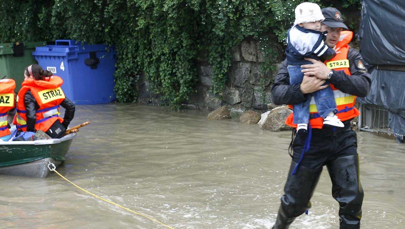 W ciągu ostatnich godzin strażacy interweniowali około 300 razy na terenie województwa (fot. arch. PAP/Adam Hawałej)
