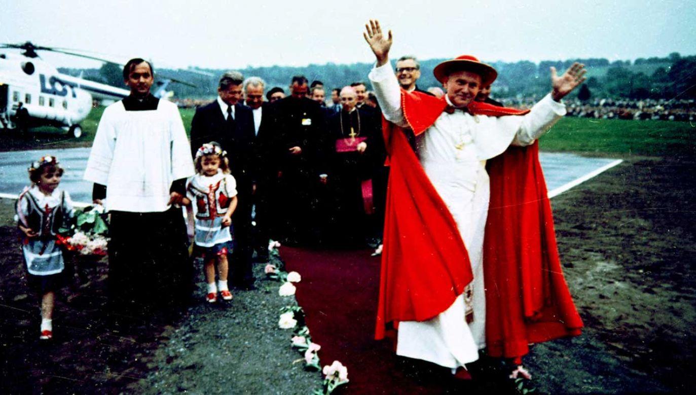 I pielgrzymka do Polski papieża Jana Pawła II; Ojciec Święty przyleciał z Częstochowy helikopterem, który wylądował na specjalnie przygotowanym lądowisku na Błoniach (fot. arch. PAP/Jan Morek)