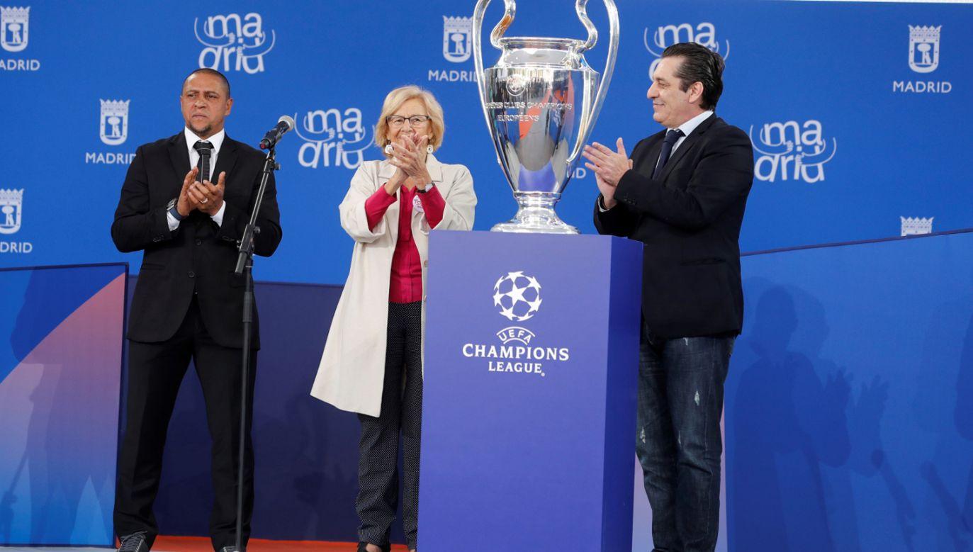 Byli piłkarze Roberto Carlos (L) i Paolo Futre (R) z trofeum Ligi Mistrzów UEFA, burmistrz Madrytu, Manuela Carmena (C) (fot. PAP/EPA/ZIPI)