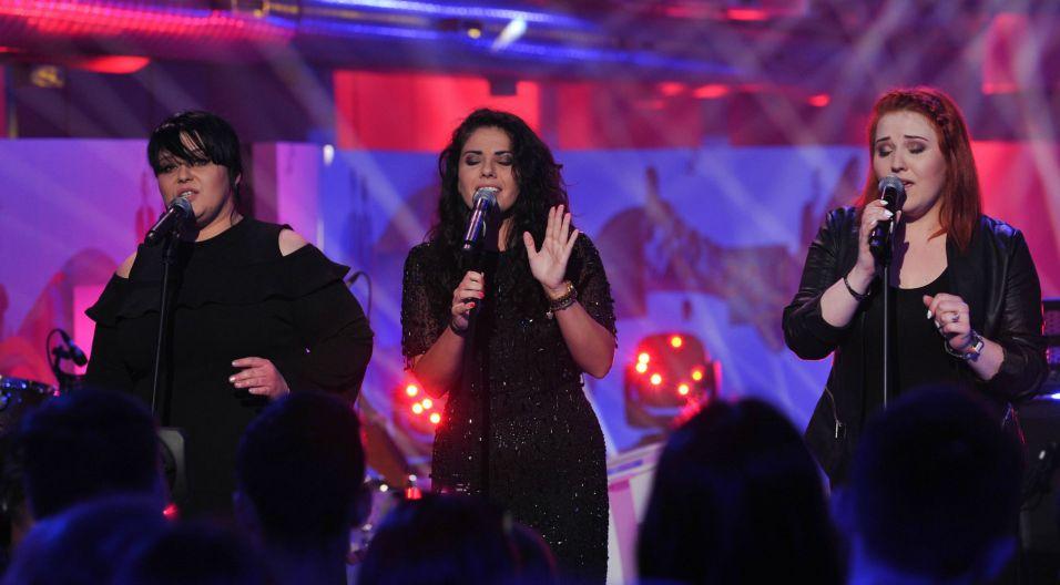 """Na scenie dziewczyny zaśpiewały nastrojowy utwór """"Bliżej"""" (fot. Natasza Młudzik/TVP)"""