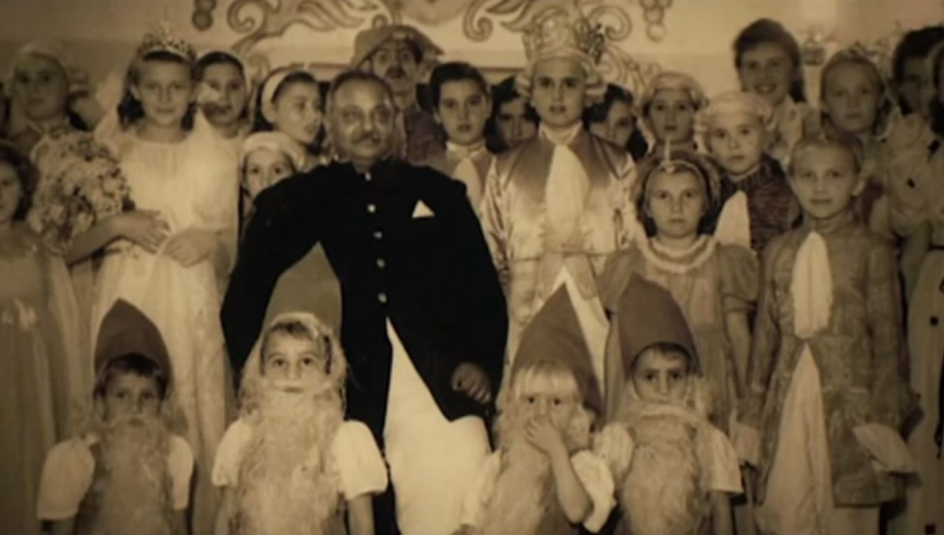 """The good maharaja"" with some of his Polish children. Photo: Wikimedia Commons"