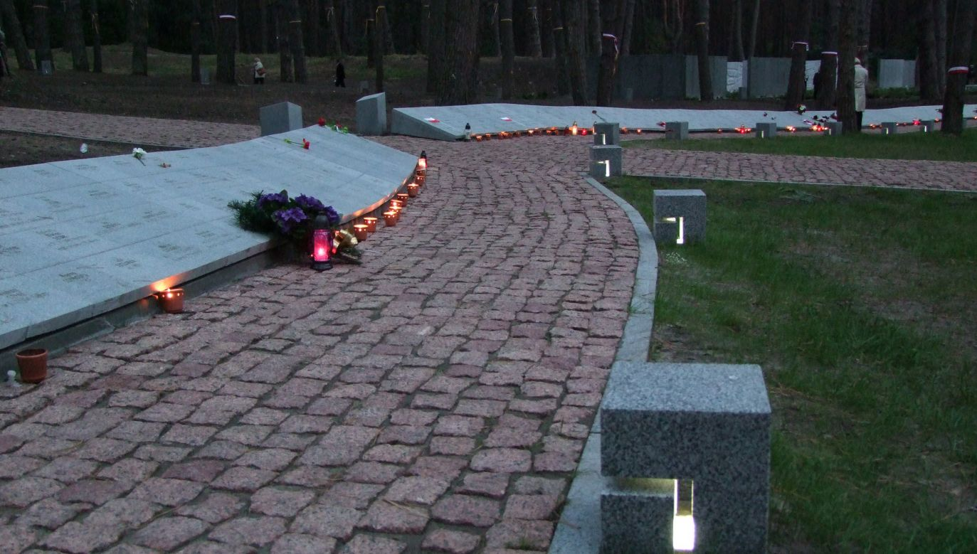 Alejka z tabliczkami z epitafiami 3435 Polaków, ofiar ukraińskiej listy katyńskiej (fot. Wikimedia/Andrzej Harassek)