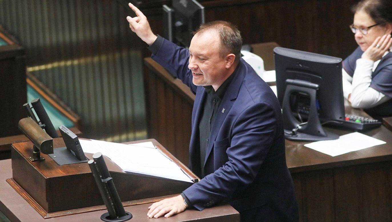 Poseł Kukiz'15 Paweł Grabowski na mównicy sejmowej (fot. PAP/Leszek Szymański)