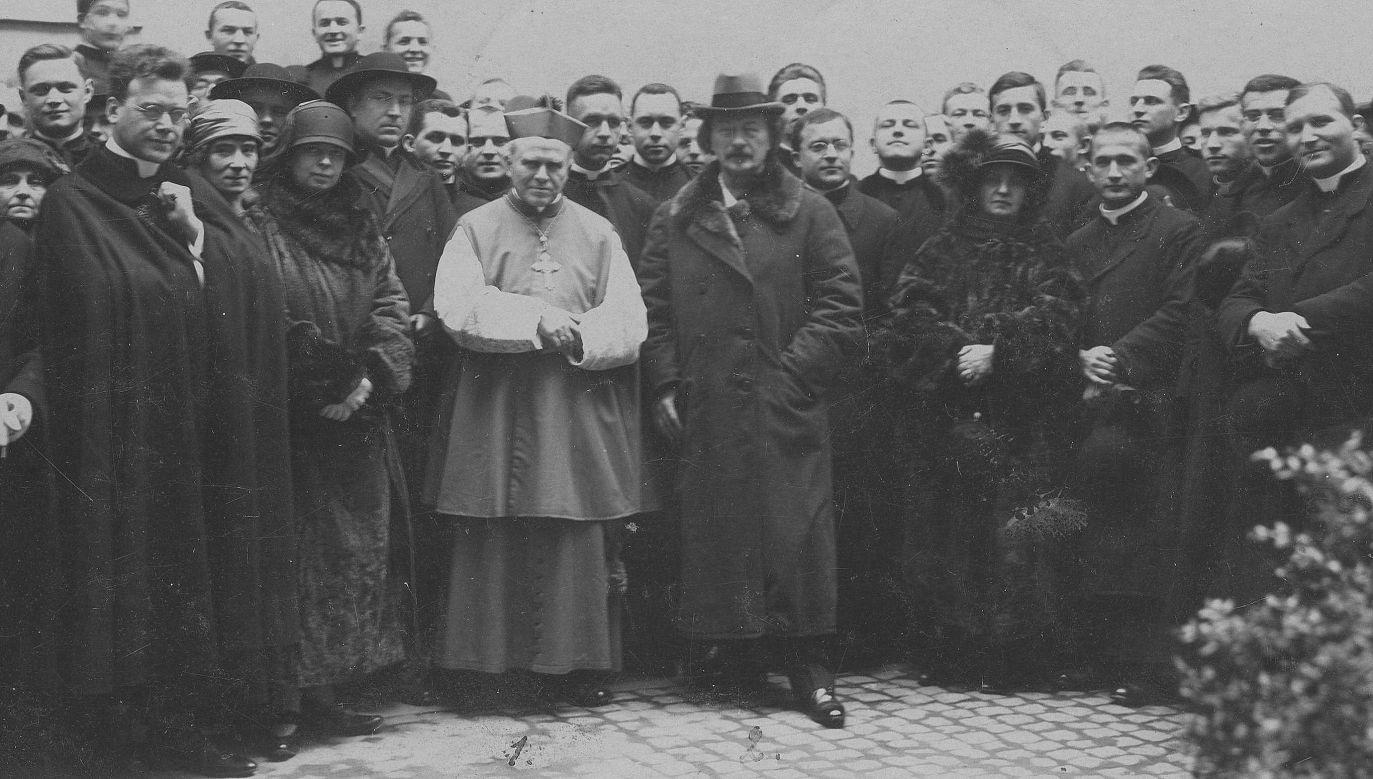 Kompozytor i pianista Ignacy Jan Paderewski podczas pobytu w Rzymie, stoi w otoczeniu kolonii polskiej. Obok niego abp. Jan Cieplak. Fot. NAC/