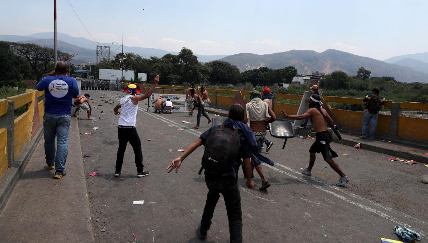 Na granicach Wenezueli doszło do starć. Oddziały wierne Maduro uniemożliwiły przejazd pomocy humanitarnej (fot. PAP/EPA/Ernesto Guzman Jr.)