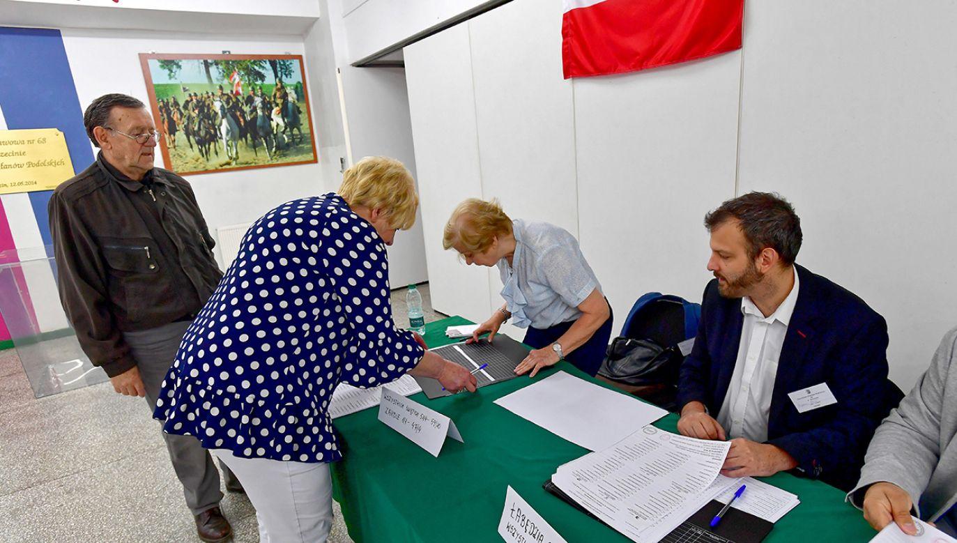 Głosowanie w lokalu wyborczym w Szczecinie (fot. PAP/Marcin Bielecki)