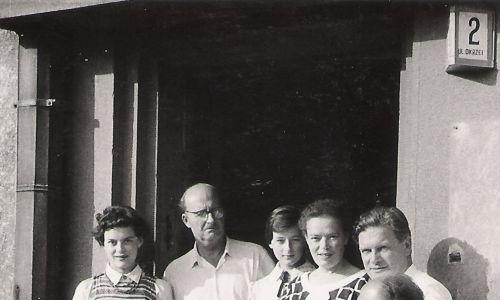 zdjęcie rodzinne Siwców (Ryszard Siwiec drugi od lewej)