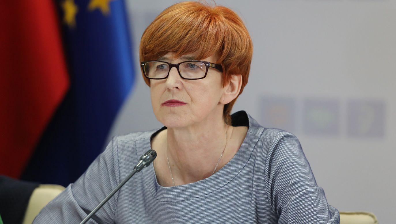 Rząd i przedstawiciele części środowiska osób niepełnosprawnych podpisali porozumienie (fot. PAP/Tomasz Gzell)