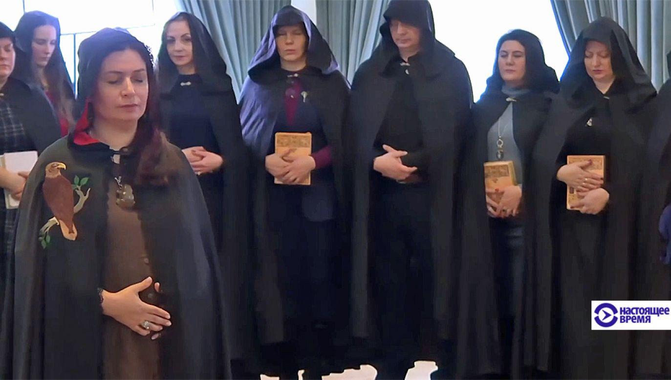 W obrzędzie wzięły udział wiedźmy i wiedźmini (fot. zrzut z materiału gazety Nastojaszcze Wremia)