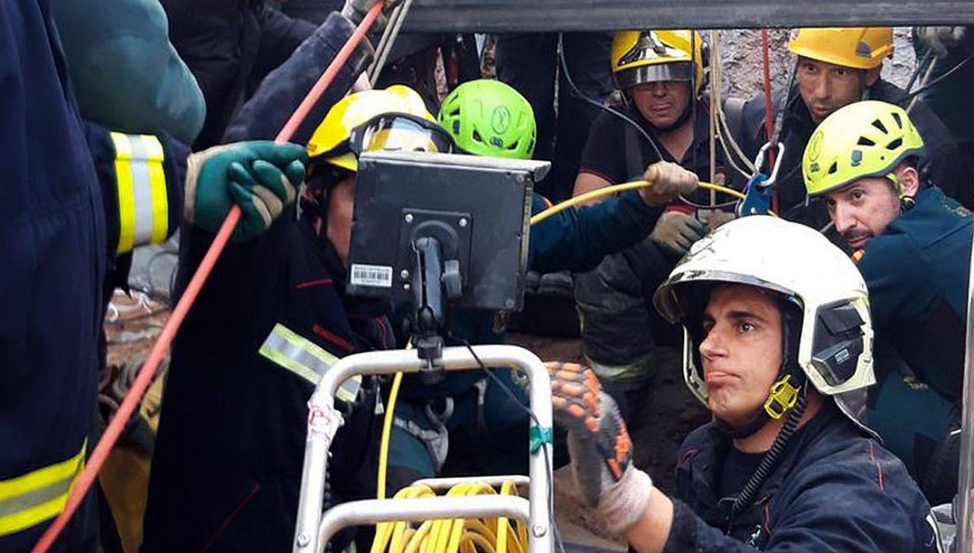 Strażacy próbują odnaleźć dziecko poprzez wywiercenie tunelu obok rozpadliny (fot. PAP/ EPA/ANDALUSIAN GOVERNMENT HANDOUT)