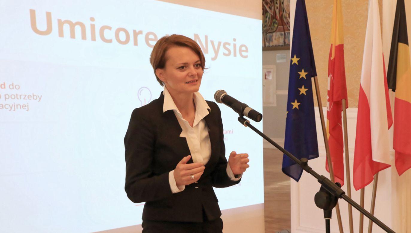 Minister przedsiębiorczości i technologii Jadwiga Emilewicz podczas konferencji prasowej nt. inwestycji firmy Umicore w Nysie (fot. PAP/Krzysztof Świderski)