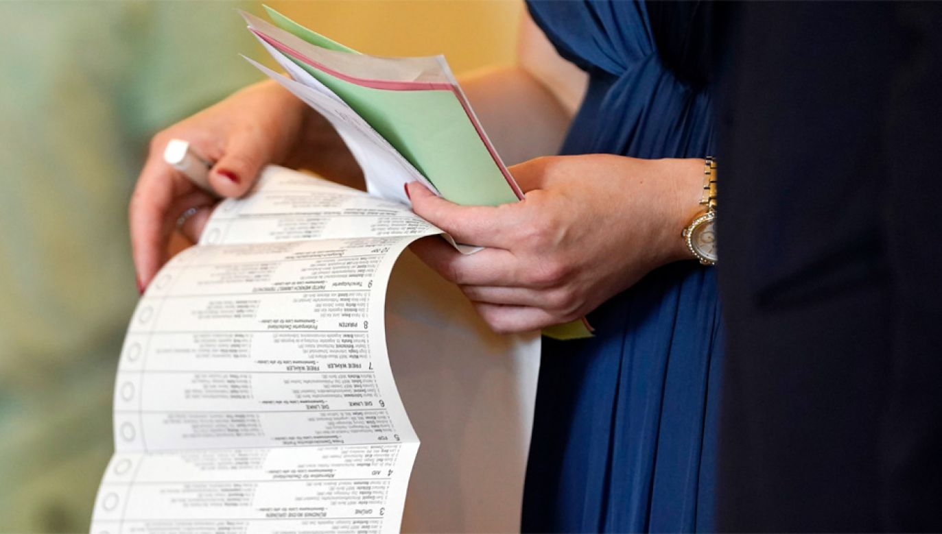 Do urn poszło niemal 60 proc. uprawnionych (fot. PAP/EPA/RONALD WITTEK)