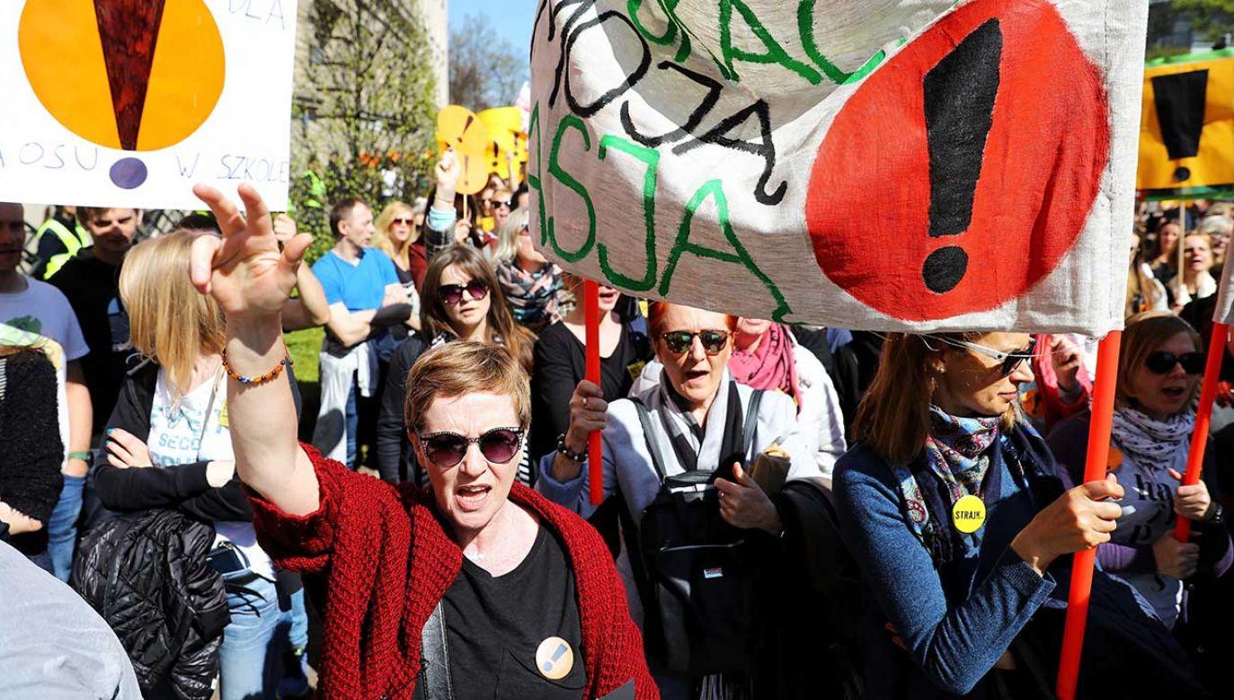 Demonstranci podczas akcji protestacyjnej przed siedzibą Ministerstwa Edukacji Narodowej (fot. PAP/Rafał Guz)