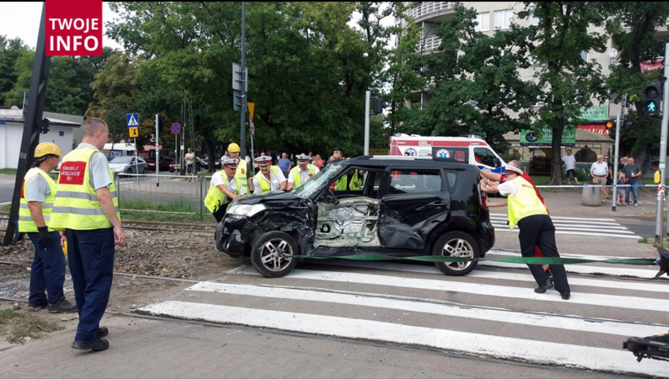 Samochód trzeba było usunąć z torowiska (fot. Twoje Info/ Antonio)