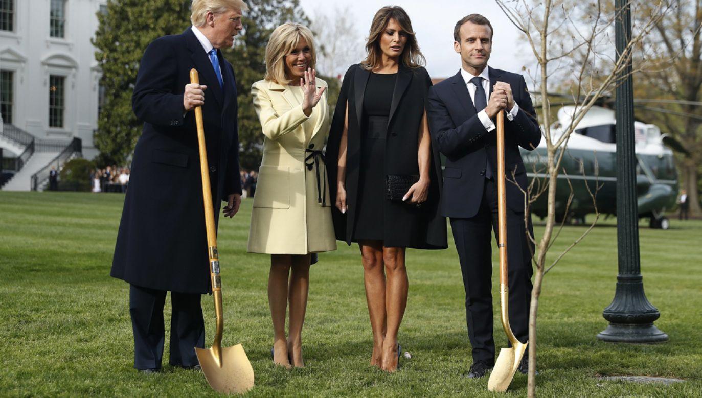 Prezydenci zasypali korzenie drzewek ziemią w obecności pierwszych dam: Brigitte Macron i Melani  Trump (fot. PAP/EPA/SHAWN THEW)