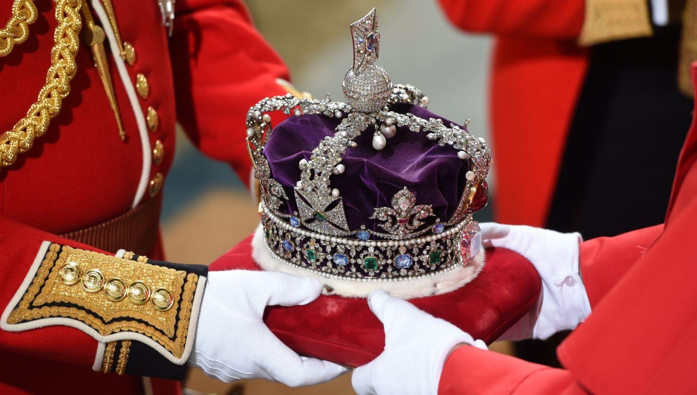 Monarchia brytyjska należy do jednej z najbardziej szanowanych w Europie, nawet jeśli ciągłość dynastyczna jest nieco sztukowana. Na zdjęciu: przygotowania korony, którą Elżbieta II zakłada w czasie inauguracji nowej sesji parlamentu w maju 2016 roku. Fot. Eddie Mulholland - WPA/Getty Images