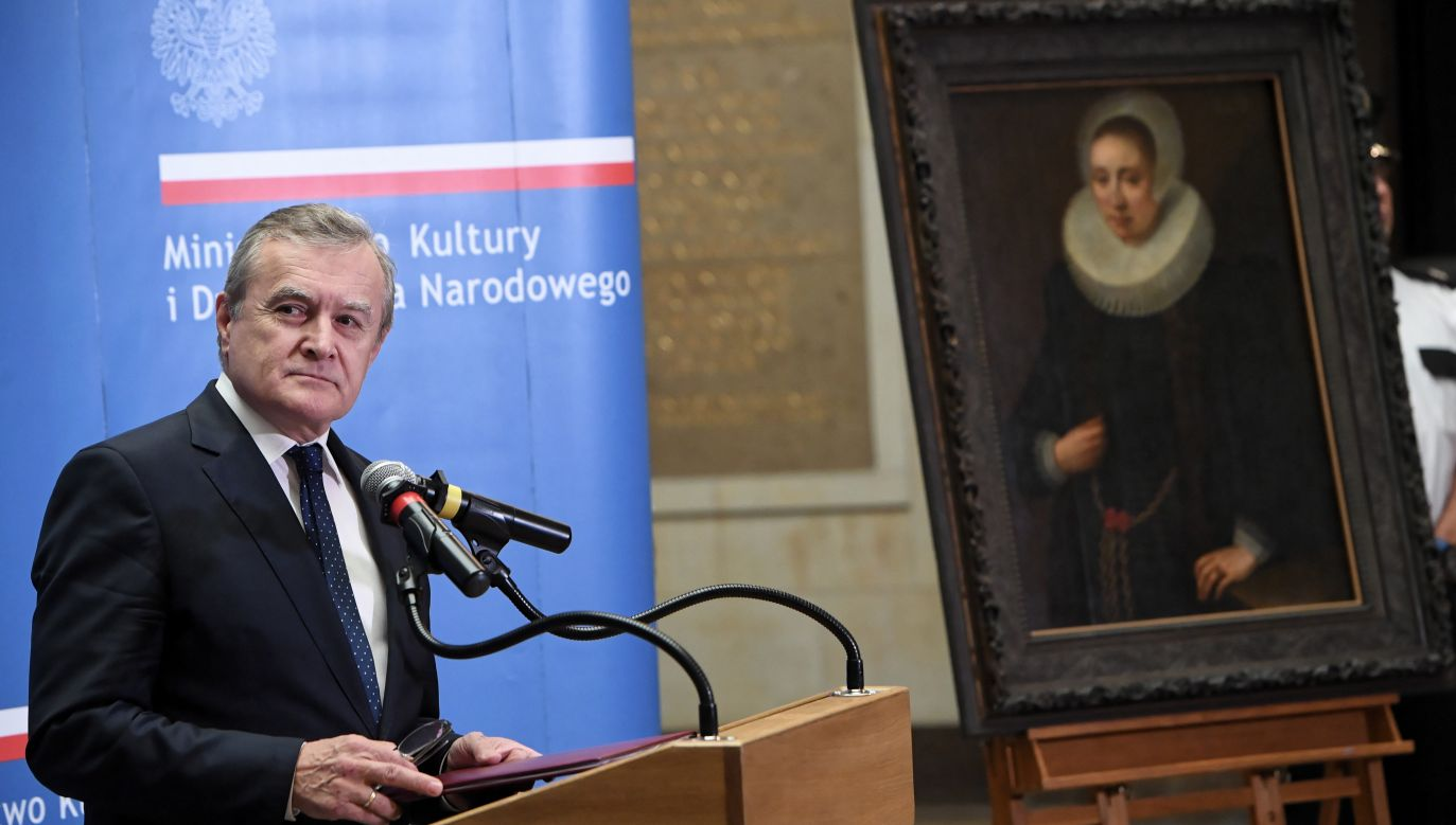 Polish deputy PM and culture minister Piotr Gliński presents the painting. Photo: PAP/Radek Pietruszka