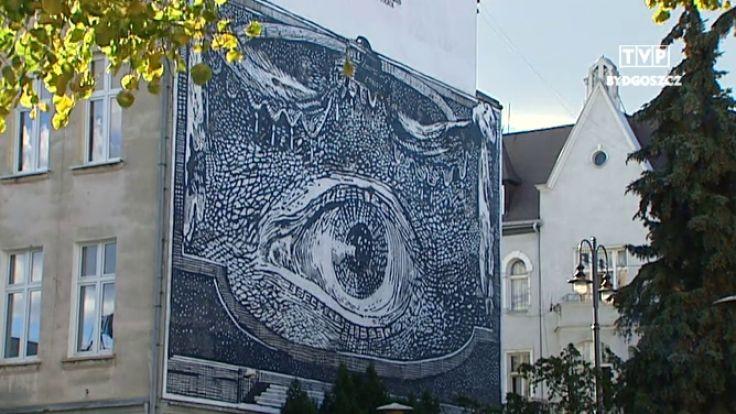 Niezwyk y mural zwi zany z teatrem spogl da z kamienicy for Mural warszawa 44