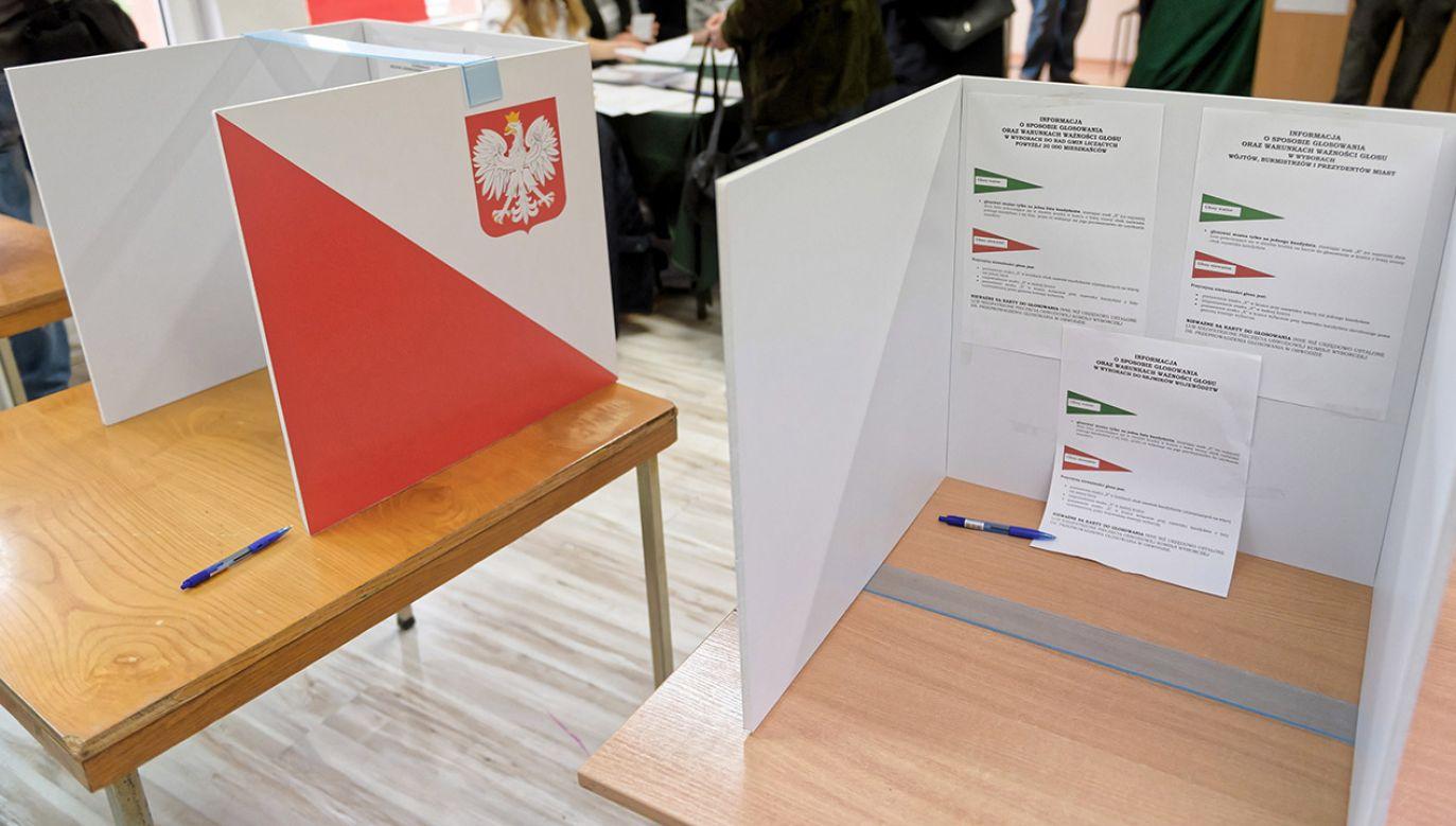 66-latka zasiadała w komisji nr 83 na Mokotowie (fot. PAP/Jakub Kaczmarczyk)