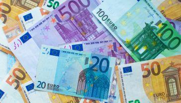 """Polska jest """"absolutnym liderem"""" w wydatkowaniu środków unijnych (fot. Shutterstock)"""