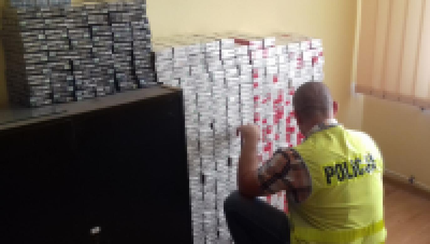 Podczas przeszukania pojazdu ujawniono 4020 paczek nielegalnych papierosów (fot. podkarpacka.policja.gov.pl)