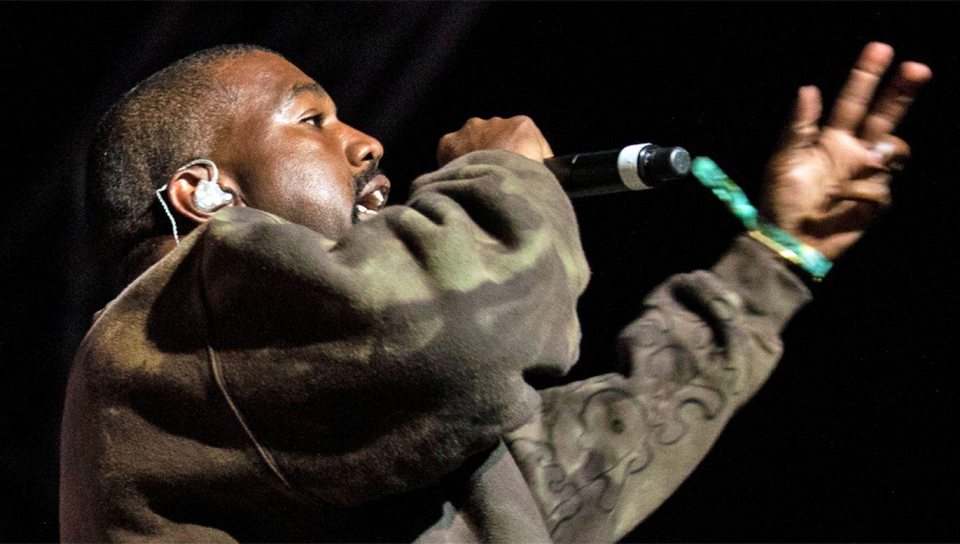Kanye West znany jest z nietypowych zachowań (fot. PAP/EPA/ETIENNE LAURENT)