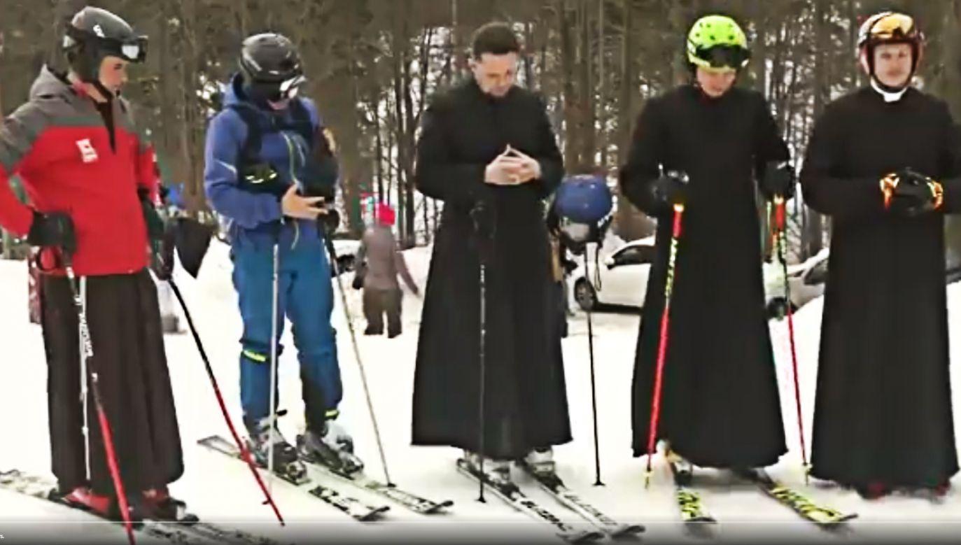 Po wspólnej modlitwie założyli narty i ruszyli na trasę (fot. TT/Reuters Top News)