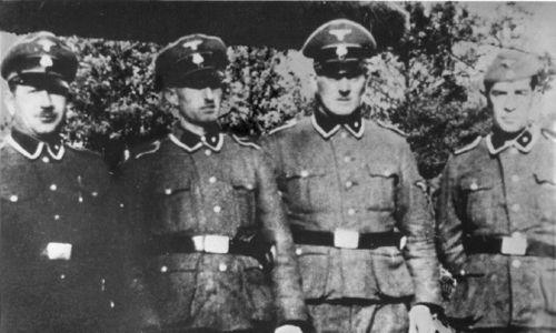 Członkowie załogi obozu zagłady w Treblince Paul Bredow, Willi Mentz, Max Möller oraz Josef Hirtreiter przed obozowym zoo. Fot. Wikimedia/ źródło Treblinka Museum. National Archives and Records.