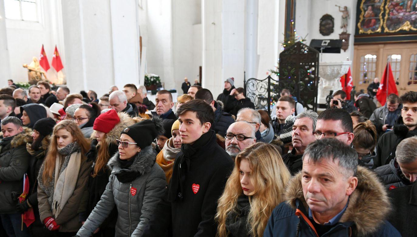 Ludzie zgromadzeni w Bazylice Mariackiej w Gdańsku (fot. PAP/Adam Warżawa)