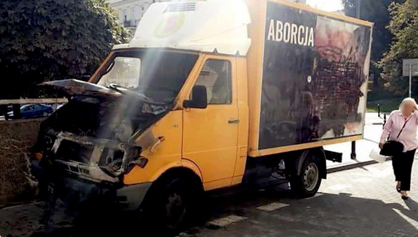 Samochód stał na warszawskim Śródmieściu. Straty są szacowane na 10 tys. zł (fot. FB/Patrycja Wieczorkiewicz)