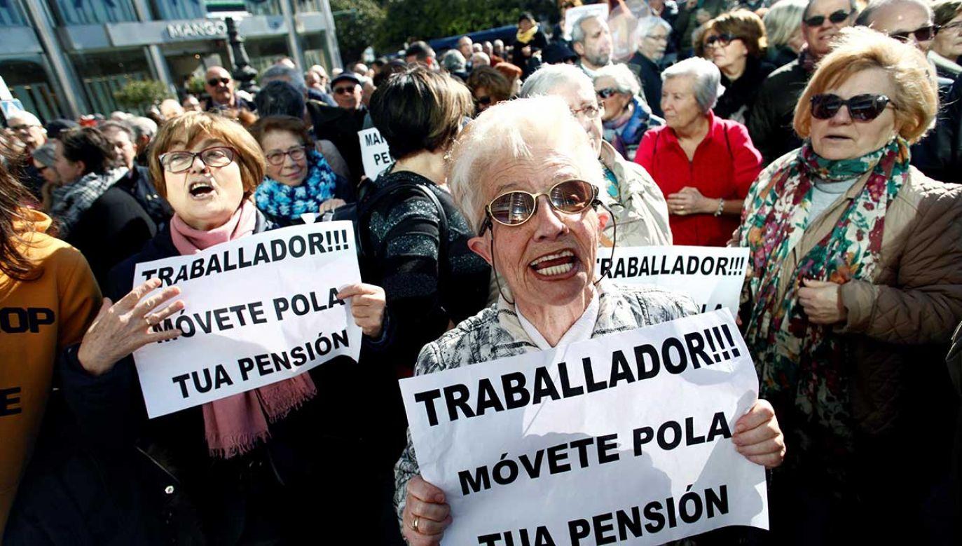 Tysiące emerytów i rencistów bierze udział w demonstracji zorganizowanej przez Galicyjski Ruch na rzecz Obrony Publicznych Emerytur (fot. arch. PAP/EPA/CABALAR)