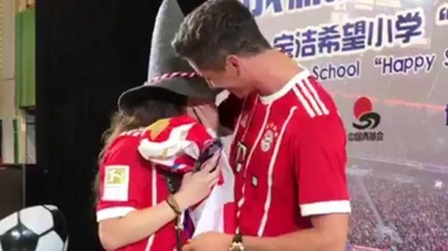 Robert Lewandowski ma dobry kontakt z fanami (fot. tt/@FCBayern)
