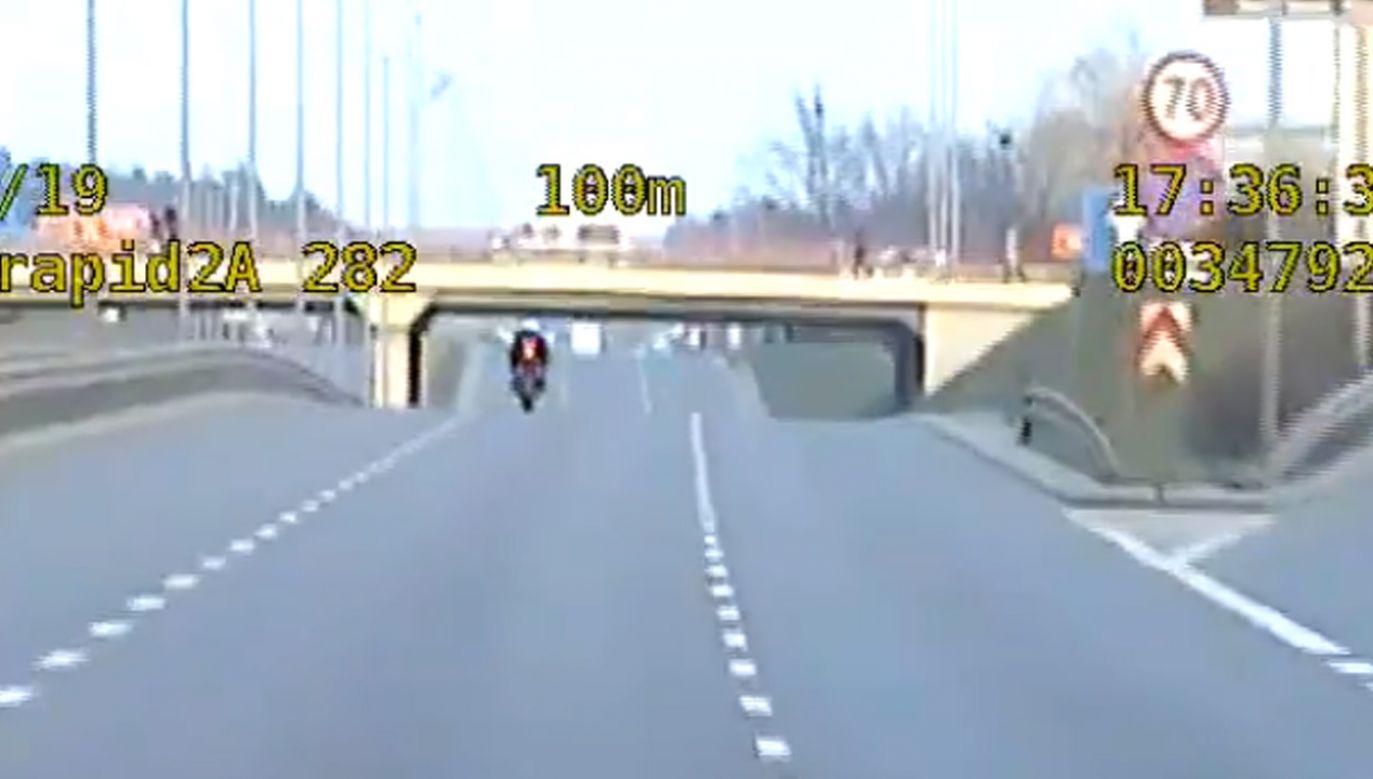 24-latek został zatrzymany po tym, jak trzykrotnie przekroczył dozwoloną prędkość (fot. Policja zachodniopomorska)