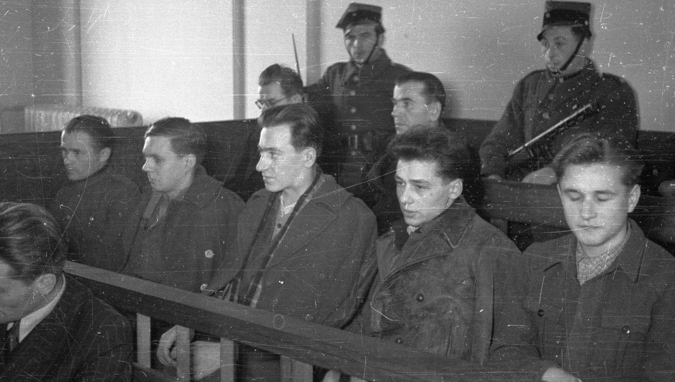 Proces tzw. grupy Fertaka. Na fotografii w pierwszym rzędzie od lewej Jan Kochański (skazany na 12 lat więzienia), Czesław Grzywacz (13 lat), Czesław Gałązka (kara śmierci), Józef Łukaszewicz (kara śmierci), Edward Markosik (kara śmierci). W drugim rzędzie w okularach z lewej ks. Kazimierz Fertak (15 lat), z prawej ks. Wiktor Łubiński (4 lata). Fot. PAP