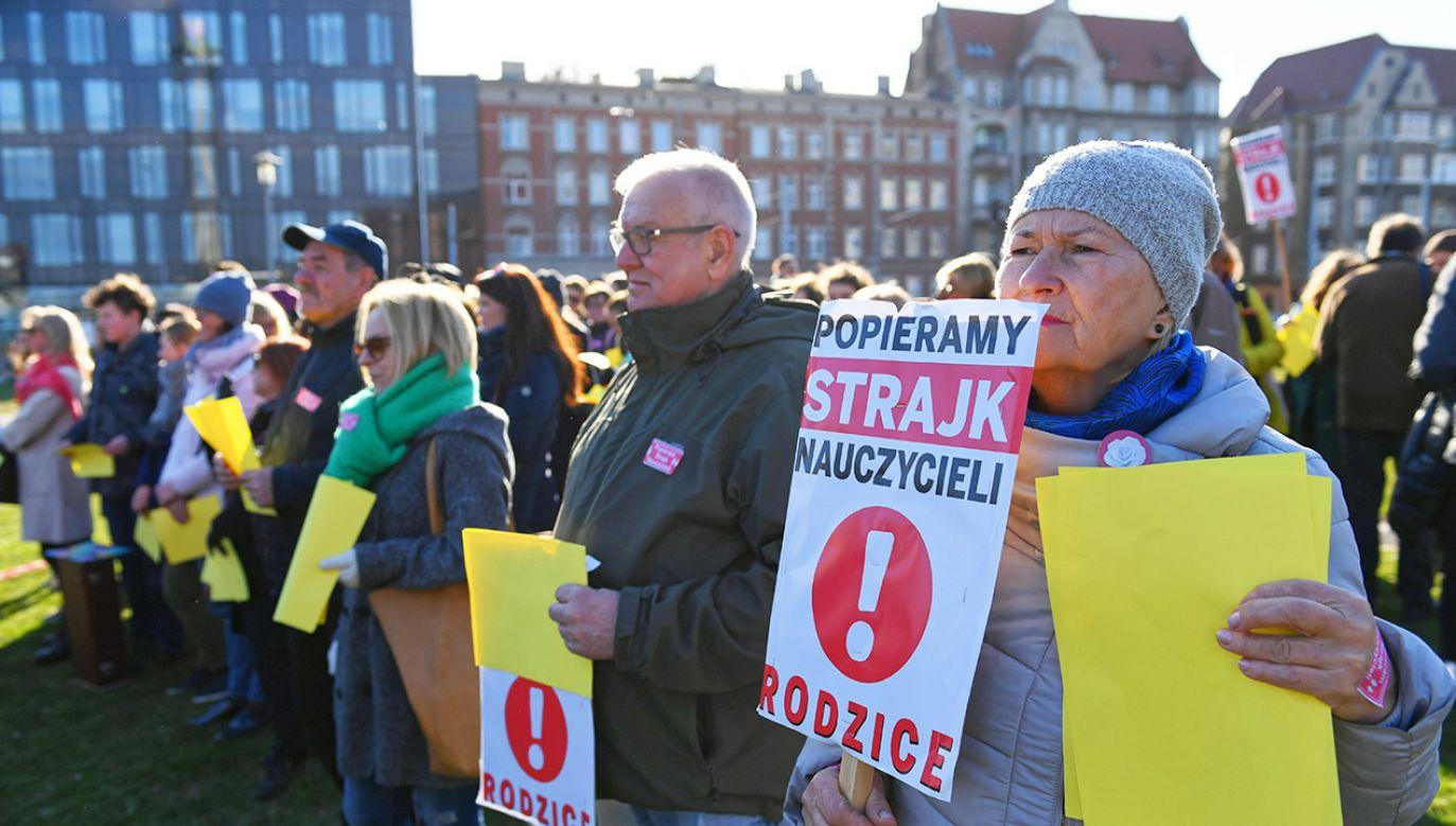 """Happening """"Gdański wykrzyknik poparcia dla nauczycieli"""" zorganizowany 16 kwietnia na placu Solidarności w Gdańsku (fot. PAP/Adam Warżawa)"""